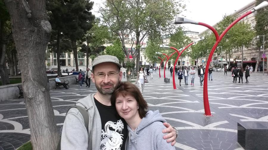 Селфи на пешеходной улице в Баку